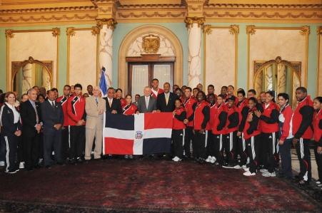 La delegación luego de la entrega de la Bandera Nacional