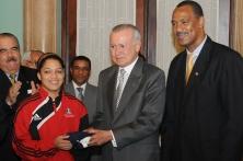 El Vicepresidente hace entrega de la Bandera a Brenda Castillo