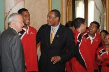 El Vicepresidente y el Secretario de Deportes saludan a un atleta