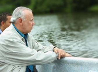 Dr. Alburquerque en el recorrido por el río Ozama