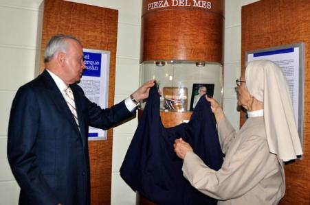 Sor Emma y Rafael Alburquerque develan las prendas de su padre don Rafael Alburquerque Zayas-Bazán. | Foto: J. Maracallo